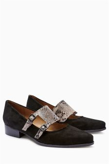 Signature Leather Buckle Detail Shoes